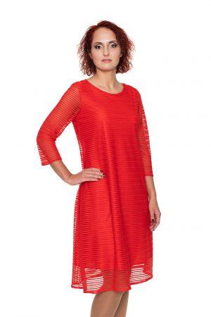 Raudona proginė suknelė linijomis